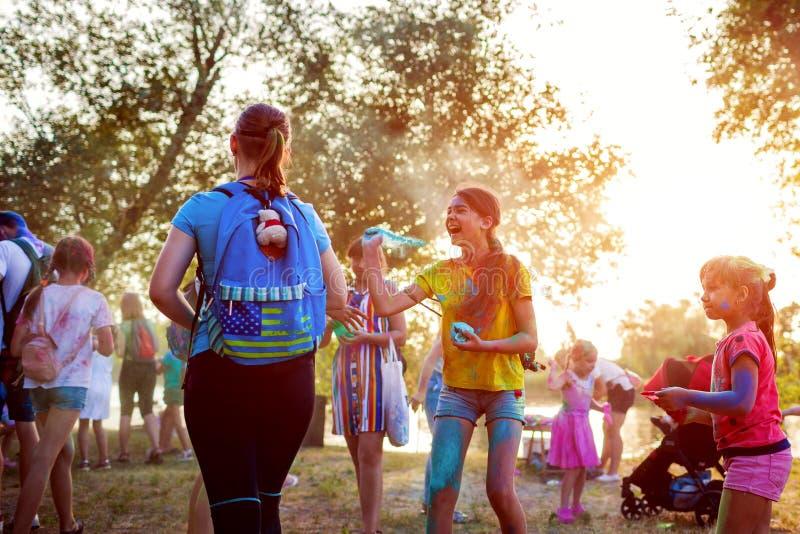 Myrhorod, Ucrania - 16 de junio de 2019: Dos muchachas que lanzan las pinturas en el festival de Holi del indio de colores foto de archivo