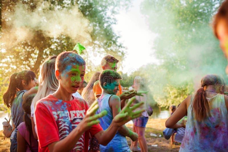 Myrhorod, Ucrania - 16 de junio de 2019: Grupo de pinturas que lanzan de una gente joven en el festival de Holi del indio de colo imagen de archivo libre de regalías