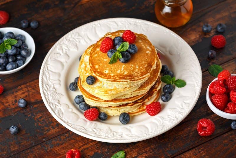 Myrtille américaine faite maison, crêpes de framboises Style rustique de petit déjeuner sain de matin image libre de droits