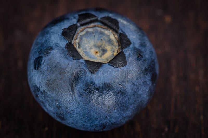 Myrtille sur la table en bois photos libres de droits