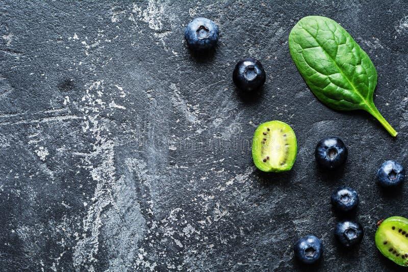 Myrtilles, épinards et kiwi d'ingrédients de nourriture fraîche photos stock