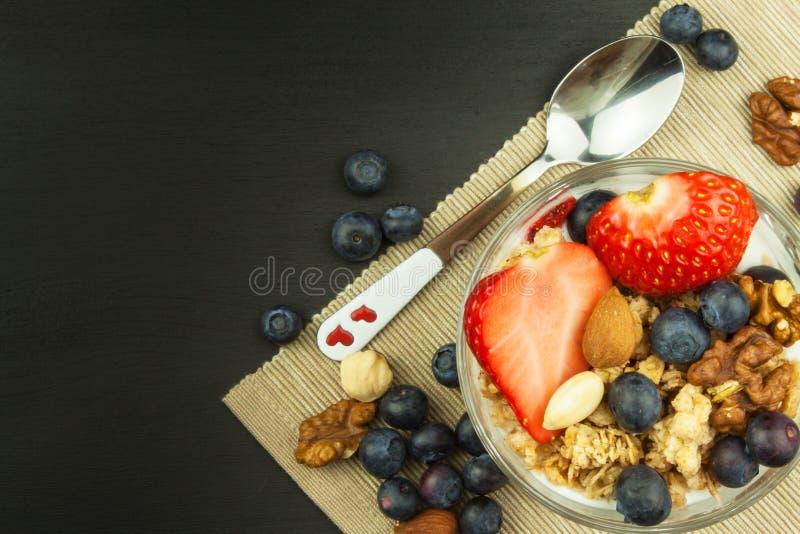 Myrtilles et farine d'avoine Nourriture saine pour des gosses Yaourt et fruit pour des athlètes Suivez un régime la nourriture photographie stock libre de droits