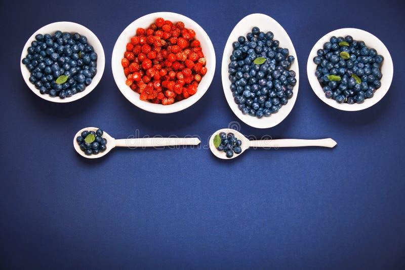 Download Myrtilles et fraises image stock. Image du dessert, fond - 56490125
