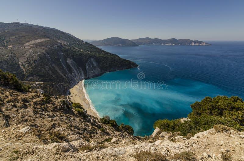 Myrtos-Strand schmiegte sich zwischen den Bergen Agia Dynati und Kalos an lizenzfreie stockfotografie