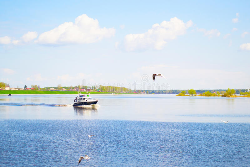 MYSHKIN, RUSIA - 4 DE MAYO DE 2016: Un bote pequeño se está moviendo rápidamente a lo largo del río Volga imagen de archivo