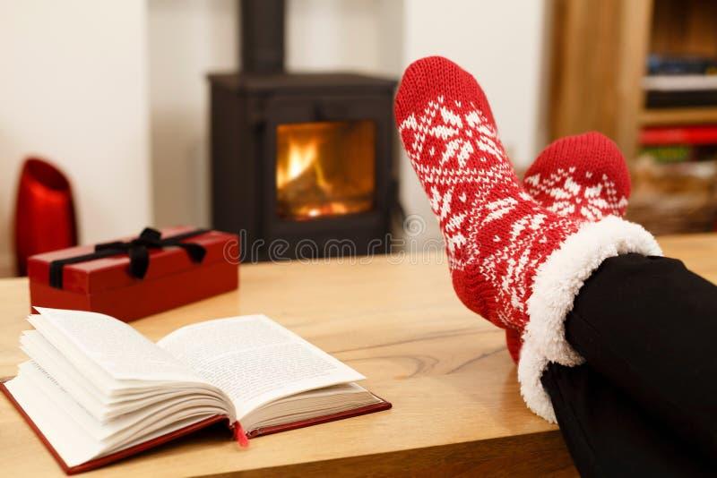 Mysig jul framme av den wood gasbrännaren arkivfoto