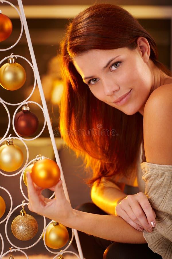 Mysig julstående av att le skönhet royaltyfri bild