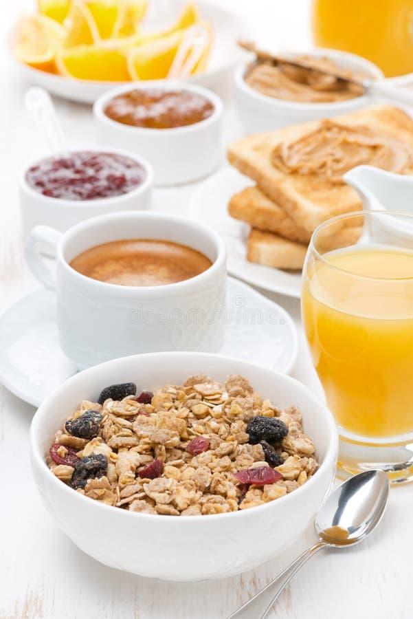 Mysli, kaffe, driftstopp, rostat bröd, orange fruktsaft och jordnötsmör arkivfoton