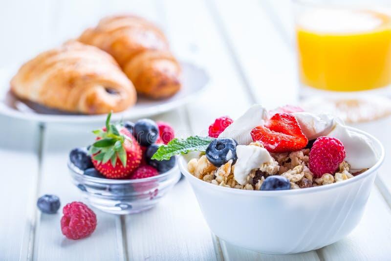 Mysli med yoghurt och bär på en trätabell Sund frukt- och sädesslagbrakfast arkivfoton
