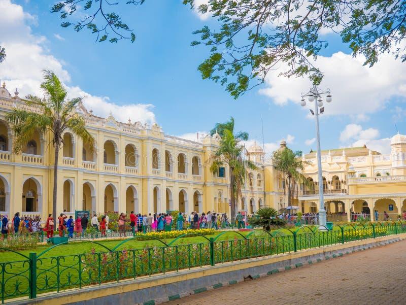 Mysore, India - Januari 2018: Mensen die buiten het Paleis van Mysore in India lopen stock afbeeldingen