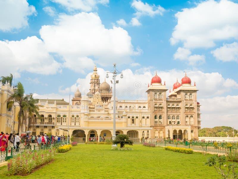 Mysore India, Styczeń, - 2018: Ludzie chodzi na zewnątrz Mysore pałac w India obraz stock