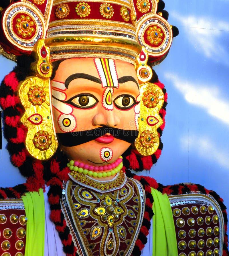 Mysore Karnataka, Indien - Januari 1, 2009 enorm färgrik tablåstaty av Yakshagana ett manligt danstecken royaltyfri foto