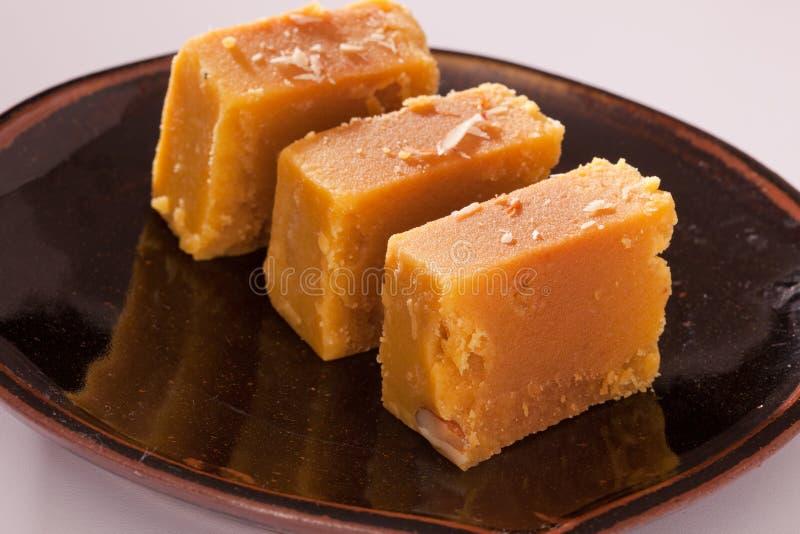 Mysore Pak är en traditionell sötsak från Indien arkivbilder
