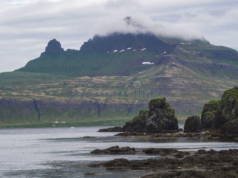 Mysteriöse Ansicht über schönen König und Klippen der Königin Hornbjarg in den Westfjorden, Fernnaturreservat Hornstrandir in Isl lizenzfreie stockbilder