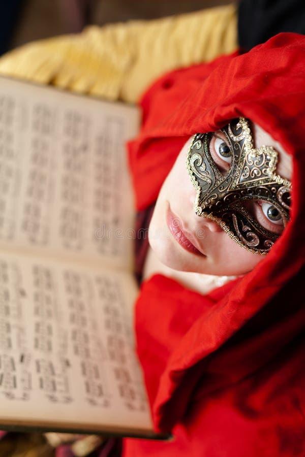Mysteriöse Dame mit den schönen Augen, die eine Maske tragen lizenzfreie stockfotos