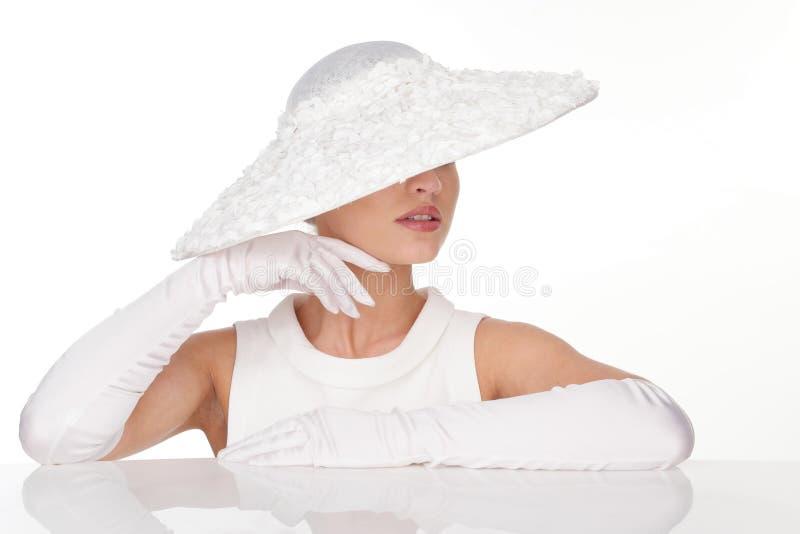 Mysteriöse Frau im eleganten weißen Hut und in den glowes stockbild