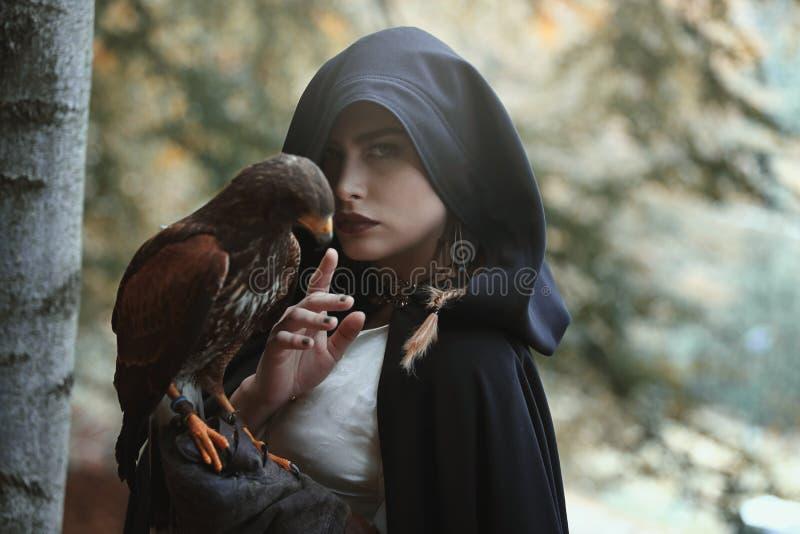 Mysteriöse Frau mit Falken lizenzfreie stockbilder