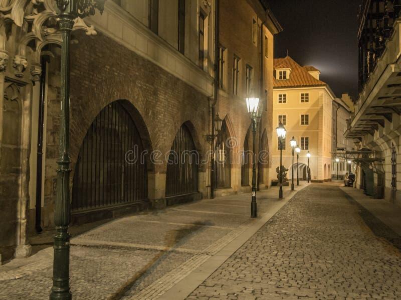 Mysteriöse Nachtstraße in Prag Schöne Ansicht Der Gassenesprit stockbild
