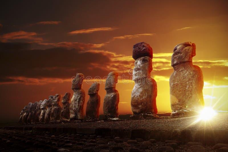 Mysteriöse Steinstatuen am drastischen Sonnenaufgang lizenzfreies stockfoto
