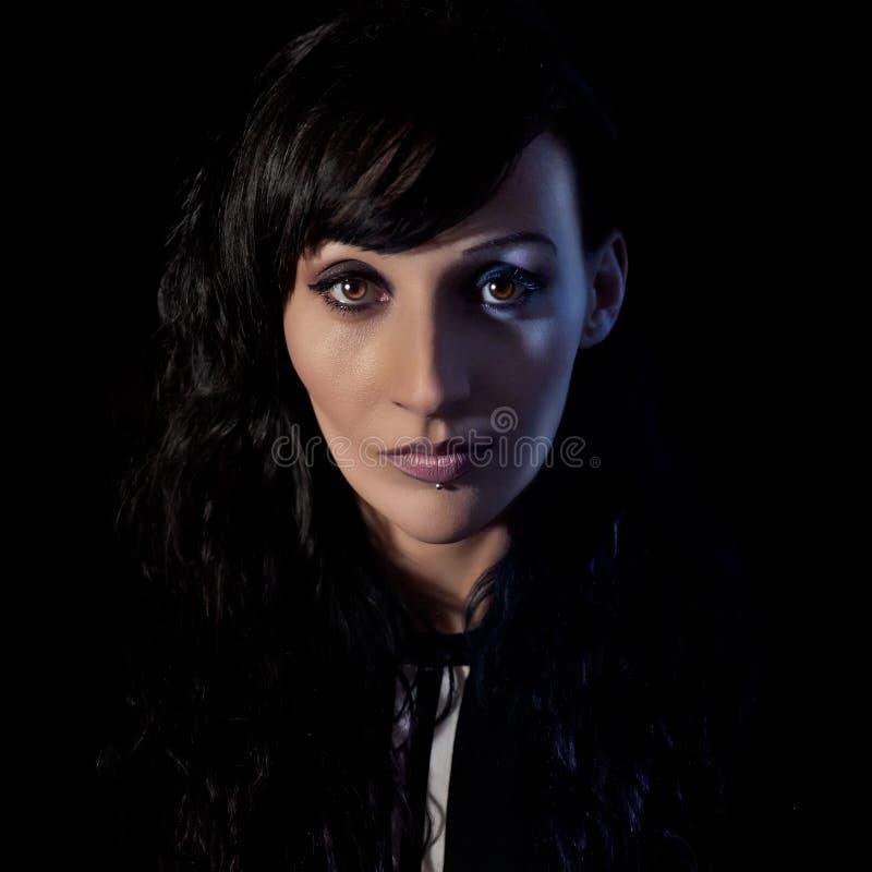 Mysteri?se und faszinierende Frau mit einem magnetischen Blick lizenzfreies stockfoto