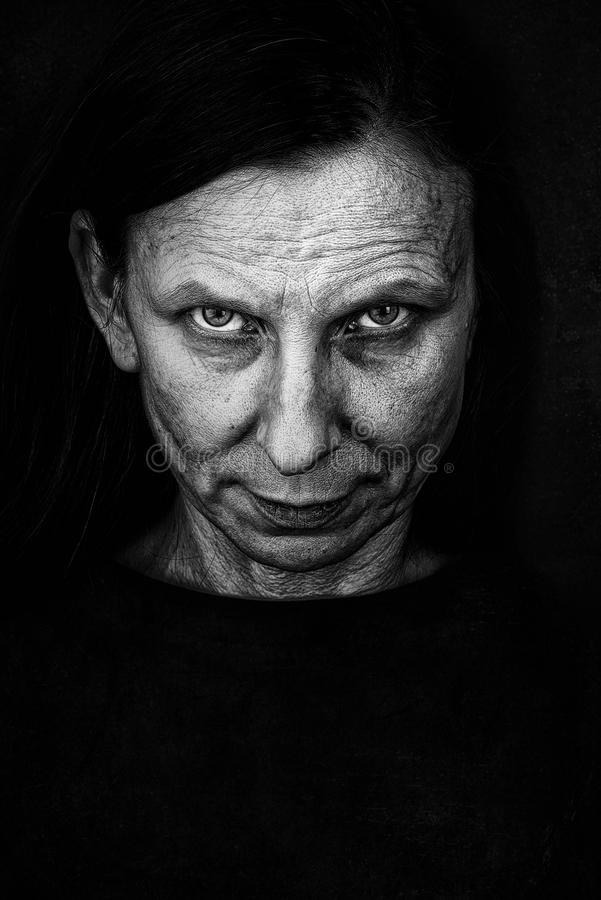 Mysteriöser erwachsene Frauen-Ausdruck lizenzfreie stockbilder