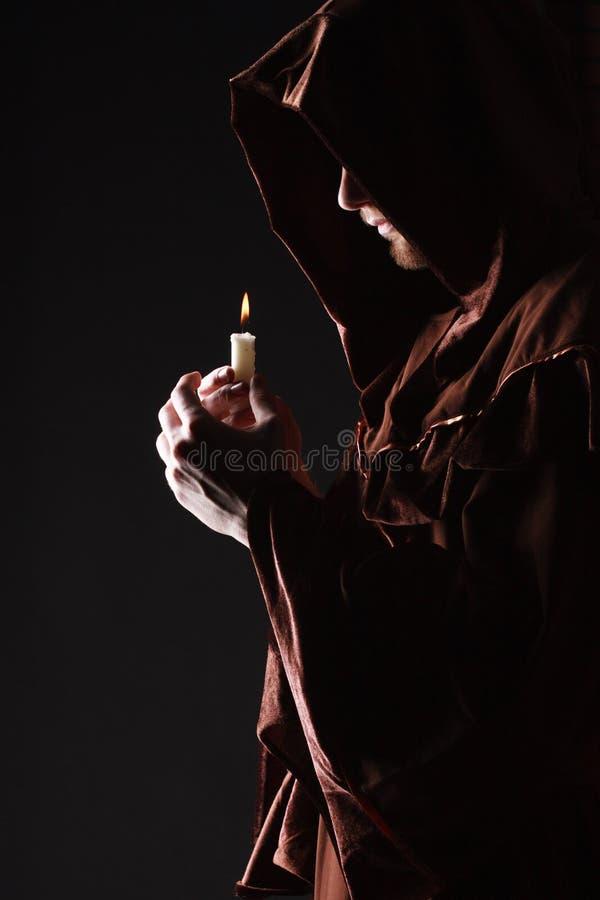 Mysteriöser katholischer Mönch stockfotografie