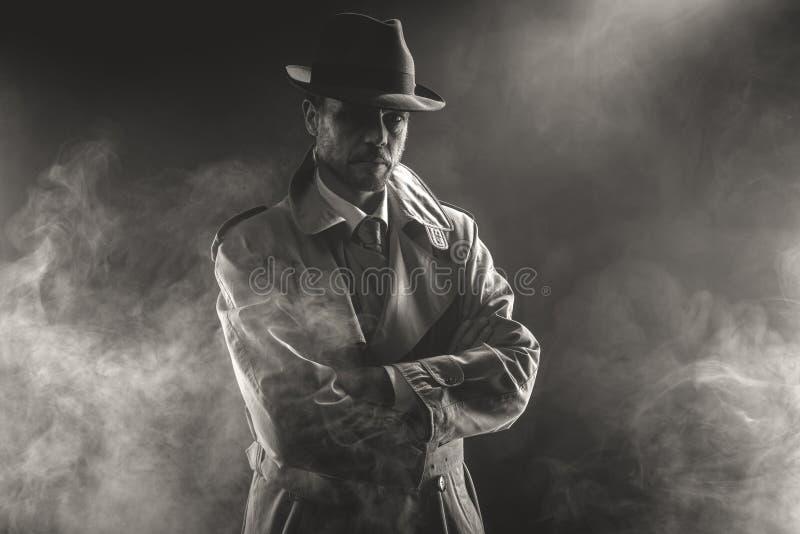 Mysteriöser Mann, der in den Nebel wartet stockfotografie