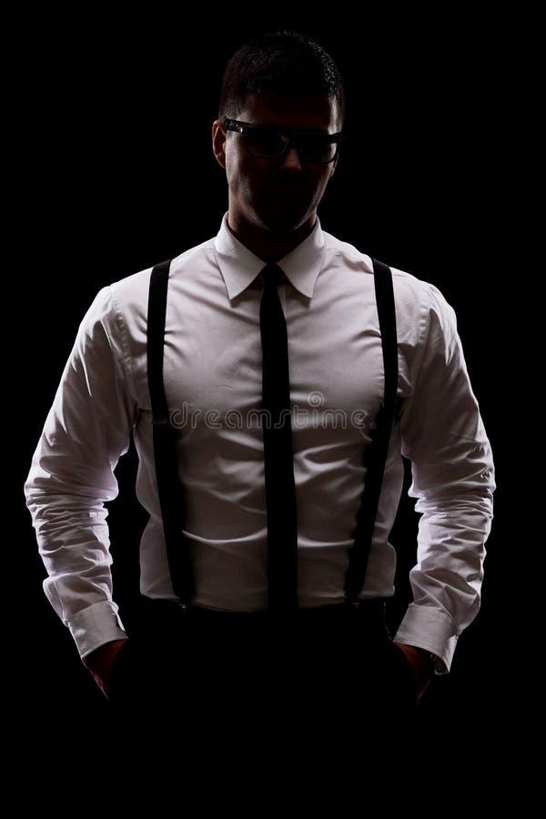 Mysteriöser Mann, der in der Dunkelheit steht lizenzfreie stockbilder