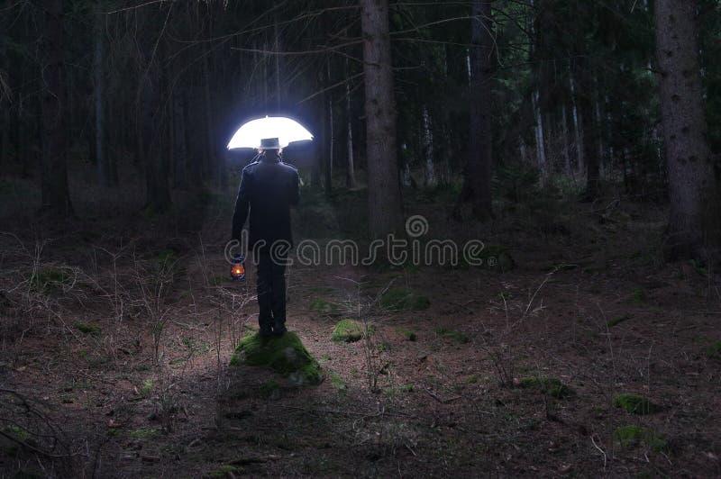 Mysteriöser Mann und der Beleuchtungsregenschirm 2 lizenzfreies stockfoto