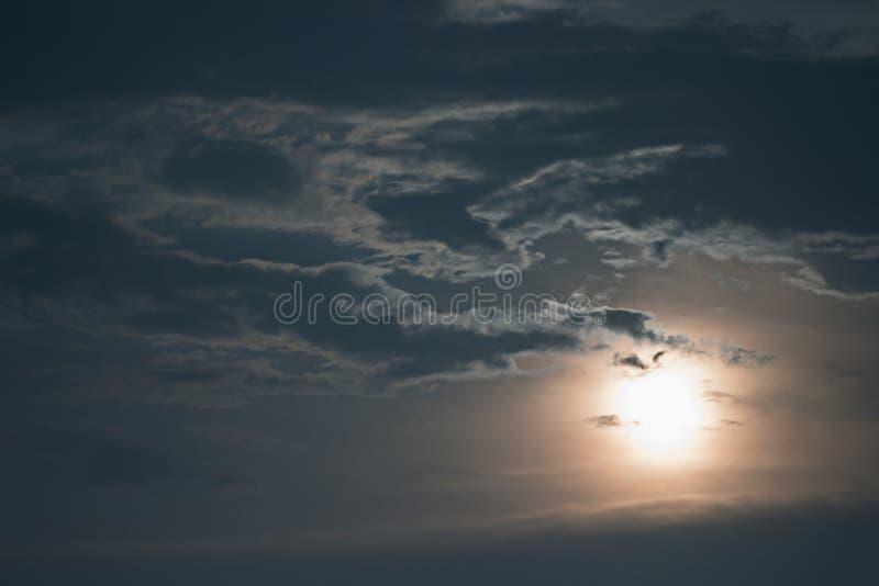 Mysteriöser nächtlicher Himmel mit Vollmond Nächtlicher Himmel mit Vollmond und Wolken lizenzfreies stockfoto
