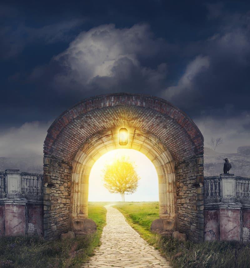 Mysteriöser Toreingang in den Träumen stockbild