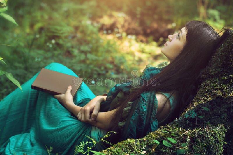 Mysteriöses Bild einer Schönheit im Holz Einsames mysteriöses Mädchen auf Hintergrund der wilden Natur Frau auf der Suche nach  stockfotografie