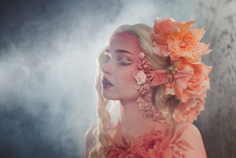 Mysteriöses Elfenmädchen im Dunst Kreatives rosa Make-up Elvish Ohren stockfotografie