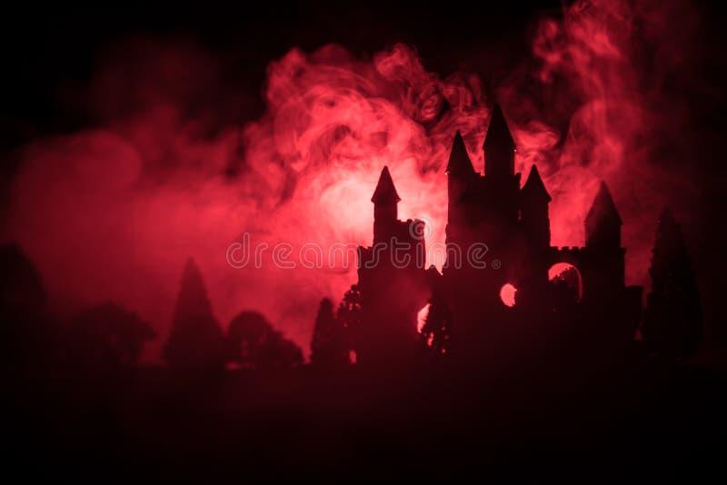 Mysteriöses mittelalterliches Schloss in einem nebelhaften Vollmond Verlassenes altes Schloss der gotischen Art nachts stockfotografie