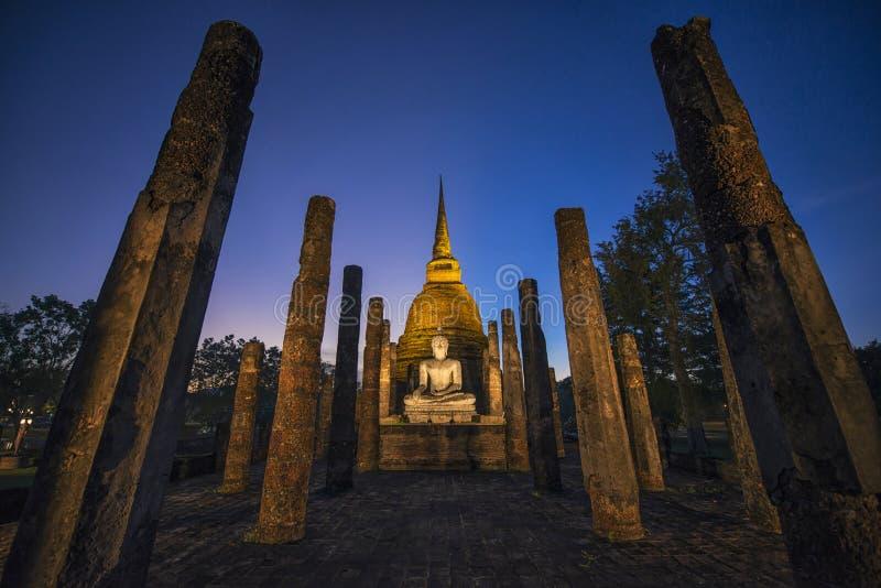Mysteriöses stupa nachts lizenzfreie stockbilder