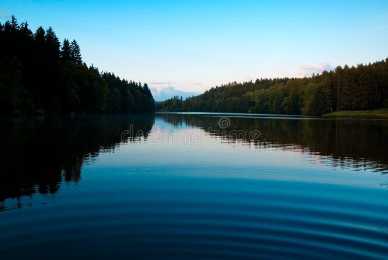mystic schemering door het meer royalty-vrije stock foto's