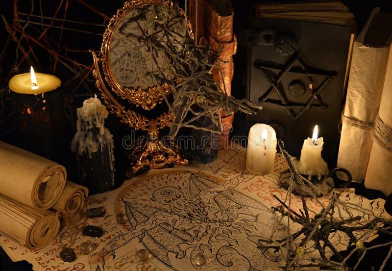 Mysticusstilleven met demonmanuscript en magische boeken stock afbeeldingen