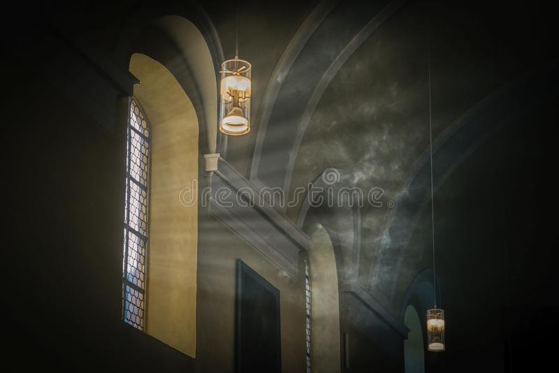 Mystiek licht Rook en zonlicht in oude kerk royalty-vrije stock foto's