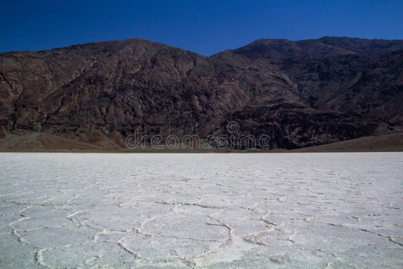 Mystieke, geheimzinnige, heetste plaats ter wereld - de zoute vormingen van Badwater in het Nationale Park van de Doodsvallei stock afbeeldingen