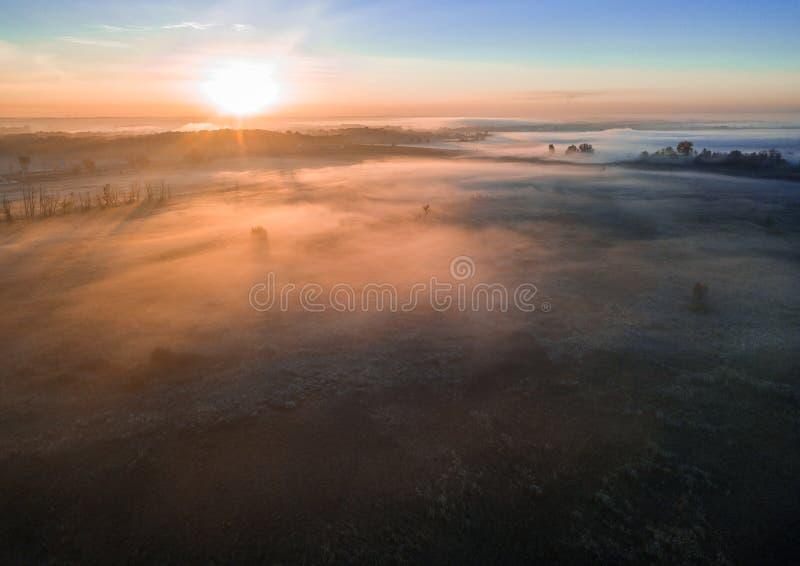 Mystieke mistige dageraad Ruimteatmosfeer De koude stemming van de de herfstvallei stock foto