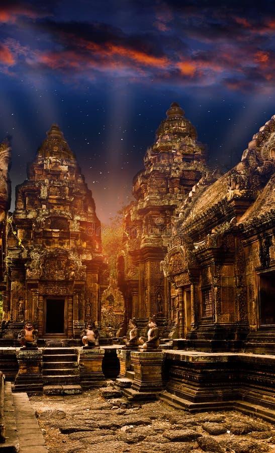 Mystieke tempels van Kambodja bij nacht, vóór zonsopgang royalty-vrije stock afbeelding