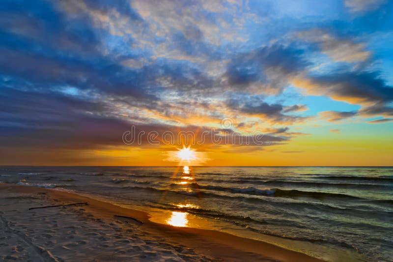 Mystieke zonsondergang met overweldigende wolkenvormingen over de Baai van Gdansk stock afbeelding
