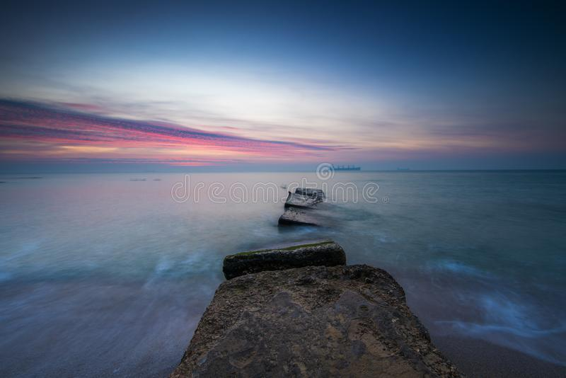 Mystikersoluppgång över havet arkivfoton