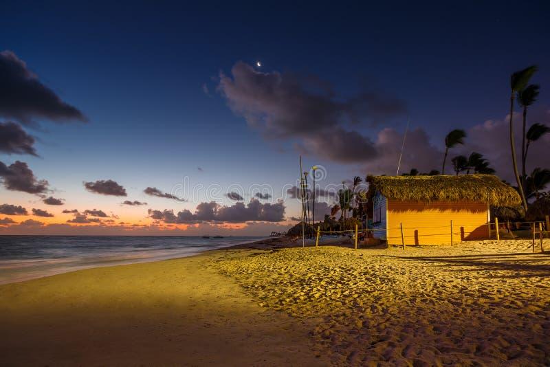 Mystikersoluppgång med månen och stjärnor över den sandiga stranden i Punta arkivbild