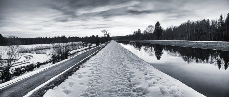 Mystikervinterlandskapet i svartvitt - släpa är arkivbild