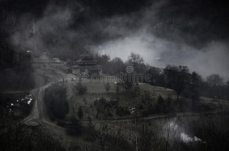 Mystische Landschaft mit nebeligen Karpatenbergen und kolyba - Saisonhaus von Schäfern und von Holzfällern, Ukraine, nahe Lumshor stockfoto