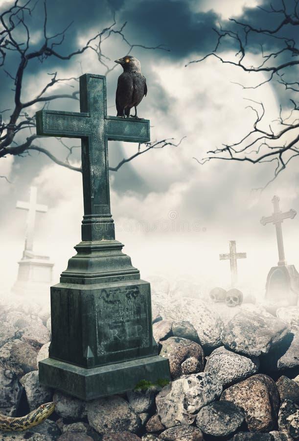 Mystischer gespenstischer Hintergrund Halloweens mit Raben und Kreuz lizenzfreies stockbild
