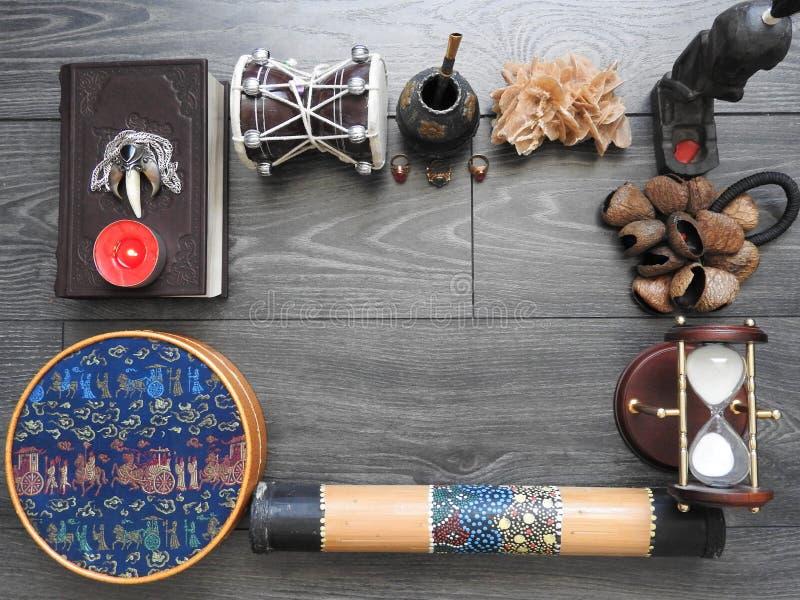 Mystischer Hintergrund mit einem alten Buch, Kerzen und anderen Attributen Halloween und das geheimnisvolle Konzept des Rituals d lizenzfreies stockbild