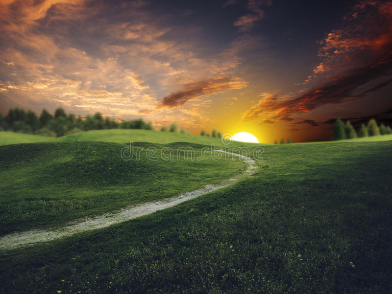 Mystischer Sonnenuntergang über grünen Hügeln des Sommers lizenzfreie stockfotografie