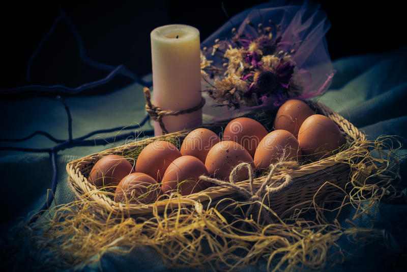 Mystisches Licht der Ostern-Zusammensetzung Osterei-Kerze stockbild